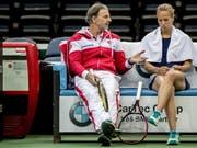 Heinz Günthardt (hier mit Viktorija Golubic) bekommt es mit seinem Team mit Italien zu tun (Bild: KEYSTONE/EPA/MARTIN DIVISEK)