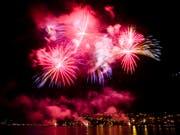 Wer Feuerwerkkörper in die Schweiz einführt, darf dies, sofern die pyrotechnische Ware nicht mehr als 2,5 Kilogramm wiegt. Spektakulärer ist sowieso der Besuch einer der öffentlichen Feiern. (Bild: Keystone/MANUEL LOPEZ)