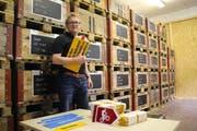 Dave Arnold, Geschäftsinhaber der Arnold Reklamen AG, steht vor seinem Lager mit über 3000 Wegweiser-Schildern. (Bild: Remo Infanger, Altdorf, 10. Juli 2018)