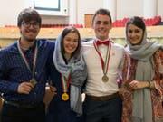 Henry Wetton, Jana Meier, Florin Kalberer und Michelle Knecht (v.l.) posieren an der Biologie-Olympiade im Iran mit ihren Medaillen. (Bild: Wissenschafts-Olympiade)