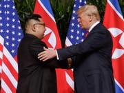 Nordkoreas Machthaber Kim Jong Un (links) scheint seine Versprechen gegenüber US-Präsidenten Donald Trump (rechts) einzulösen und sein Raketenprogramm abzubauen. (Bild: KEYSTONE/AP/EVAN VUCCI)