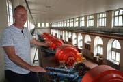 Karl Epp, Standortkoordinator des Wasserkraftwerks Amsteg, in der alten Zentrale mit den Turbinenrädern und Generatoren, die heute unter Denkmalschutz stehen (Bild: Remo Infanger, Amsteg, 23. Juli 2018).