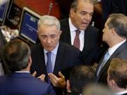 Der ehemalige Präsident Kolumbiens und Strippenzieher in der kolumbianischen Politik, Álvaro Uribe (Bildmitte), will laut einem Tweet vom Dienstag als Senator zurücktreten. (Bild: KEYSTONE/AP/FERNANDO VERGARA)