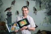 In Fotobüchern sammelt Museumsdirektor Toni Bürgin ausgewählte Aufnahmen der Tagfalter. (Bild: Ralph Ribi)