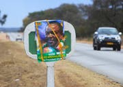 Übergangspräsident Emmerson Mnangagwa geht als Favorit ins Rennen: Wahlkampfplakat in Masvingo. (Tsvangirayi Mukwazhi/AP, 14. Juli 2018)