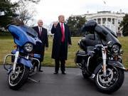 Da war die Welt noch in Ordnung. US-Präsident Donald Trup und sein Vize Mike Pence treffen Vertreter von Harley-Davidson. (Bild: KEYSTONE/EPA/MICHAEL REYNOLDS)