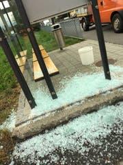 Bei einem Bushäuschen in Schaan wurde eine Scheibe eingeschlagen. (Bild: Landespolizei Liechtenstein)
