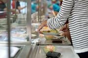 Heute betreibt die national tätige Gastronomie- und Hotelmanagement-Gruppe SV Schweiz die Mensen der Luzerner Gymnasium – hier jene der Kantonsschule Alpenquai. (Pius Amrein, Luzern, 10. November 2014)