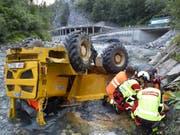 Der Fahrer wurde beim Absturz des Dumpers im Bündner Oberland mittelschwer verletzt. (Bild: Kapo GR)