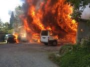 Beim Brand eines Fahrzeugunterstands in Schongau wurden zwei Autos, ein Lieferwagen und ein Motorrad komplett zerstört. Verletzt wurde aber niemand. (Bild: Luzerner Polizei)