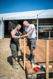 Zwei Brüder beim Aufbau: Die beiden OK-Mitglieder Fabian und Dominic Wägeli auf dem Festgelände des Sommernachtsballs in Uesslingen. (Bild: Reto Martin)