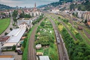 Das Gartenareal liegt zwischen den Gleisen der SBB und SOB, parallel zur Fürstenlandstrasse im Westen der Stadt. (Bild: Benjamin Manser)