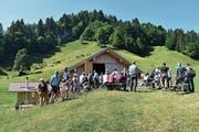 Die Gebäude der Alp Gubel wurden bestaunt. (Bild: Beatrice Bollhalder)