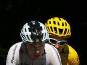 Der bislang souveräne Tour-Leader Geraint Thomas (in Gelb) und der vierfache Tour-Sieger Chris Froome (Bild: KEYSTONE/AP/PETER DEJONG)