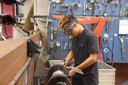 Mosaver Safi ist im Team der Oberuzwiler Autowerkstatt gut integriert. (Bilder: Annina Quast)