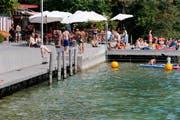 Die Badi Hirsgarten in Cham: Aufgrund des tiefen Wasserstands des Zugersee können dort Boote die Anlegestelle nicht mehr anfahren. Bild: Stefan Kaiser (Cham, (24.Juli 2018))