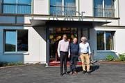Hotel-Direktor Christian Lienhard, VR-Präsident Sepp Breitenmoser und der ehemalige Präsident der Geschäftsleitung, Guido Koller, beim Eingangsbereich der neuen Weissbad Lodge. (Bild: Alessia Pagani)