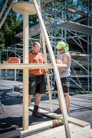 Der Präsident des TV Müllheim, Josua Heubi, und René Meier erstellen ein Dekorationselement für die «Crazy Night» in Müllheim. (Bild: Reto Martin)
