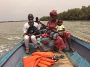 Lamin, seine Frau Binta und ihre Kinder in einem Fischerboot auf dem Gambia-Fluss.Bild: Brigitte Schmid-Gugler (Gambia, April 2018)