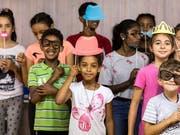 Spielerisch während den Ferien die Deutschkenntnisse verbessern: diese fremdsprachigen Urner Kinder nehmen an einem Integrationsprojekt teil, das der Kanton diesen Sommer erstmals anbietet. (Bild: KEYSTONE/ALEXANDRA WEY)