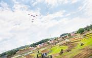 Die Kunstflugstaffel Patrouille Suisse über der Rennstrecke des MXGP in Niederwil.