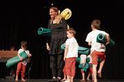 Carmen Puccio in der Rolle eines Schmetterlings mit ihren kleinen Tänzern im Stück «Hexenzauber». (Bild: Maya Heizmann)
