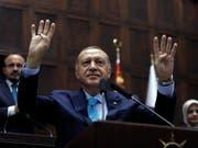Der türkische Präsident Recep Tayyip Erdogan kann sich freuen - das Parlament in Ankara verabschiedete in der Nacht auf Mittwoch ein umfassendes Gesetz, mit dem Erdogan seine Gegner weiterhin in Schach halten kann. (Bild: KEYSTONE/AP/BURHAN OZBILICI)