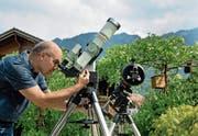 Piero Indelicato mit seinen Teleskopen bei sich im Garten. (Bild: Corinne Glanzmann (Buochs, 24. Juli 2018))