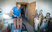 Matthias Loretan hat angefangen, im Estrich des Pfarrhauses in Güttingen seine Sachen aufzuräumen und auszumisten. (Bild: Andrea Stalder)