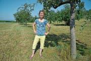 Auf dieser Wiese zwischen den Apfelbäumen entdeckte Gabi Coray die Fahrzeuge am frühen Dienstagmorgen. (Bild: Mario Testa)