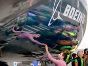 Boeing hebt die Umsatzprognose an. (Bild: KEYSTONE/AP/ELAINE THOMPSON)