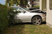 Am Fahrzeug sowie am Gebäude entstand beträchtlicher Sachschaden. Bild: PD