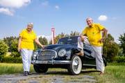 Freuen sich auf Auto-Liebhaber aus ganz Europa: Kassier Robert Schärer und seine Frau Bärbel. (Bild: Philipp Schmidli, Sempach, 23. Juli 2018)