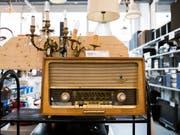 Brockenhäuser machen sich chic für neue Kundensegmente: Altes Radio im Berner Brocki. (Bild: KEYSTONE/PETER KLAUNZER)
