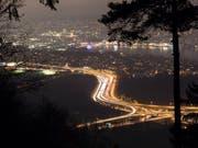 Ein 46-jähriger betrunkener Italiener auf Kokain fuhr im April durch vier Kantone - auf der falschen Seite der Autobahn. Nur mit Glück kam niemand zu Schaden. Für seine Aktion büsst er nun schwer. (Bild: KEYSTONE/GAETAN BALLY)