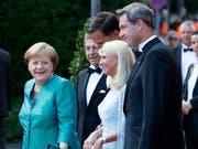 Prominenz auf dem roten Teppich: Bundeskanzlerin Angela Merkel und Ehemann Joachim Sauer, der niederländische Premierminister Mark Rutte, Karin Baumüller-Söder und ihr Ehemann, der bayrische Ministerpräsident Markus Söder (von links), treffen beim Richard-Wagner-Festspielhaus ein. (Bild: KEYSTONE/EPA/RONALD WITTEK)