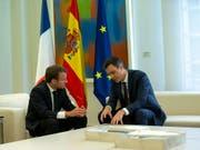 Der spanische Ministerpräsident Sánchez hat am Donnerstag den französischen Präsidenten Macron empfangen. Die beiden wollen in der Flüchtlings- und Migrationspolitik mit afrikanischen Staaten zusammenarbeiten. (Bild: KEYSTONE/AP/FRANCISCO SECO)