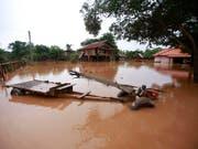 Nach einem Dammbruch in Laos ist die Umgebung des Damms noch immer überflutet - 27 Menschen kamen ums Leben, 131 weitere werden noch vermisst. (Bild: KEYSTONE/AP/HAU DINH)