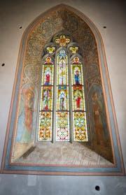 Das wertvolle Chorfenster hinter dem Altar. (Bild: Andrea Stalder)