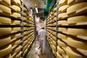Blick in eine Gruyère-Käserei in der Gemeinde Ballens VD. (Archivbild: Gaetan Bally/Keystone)