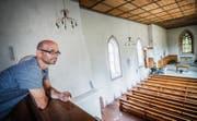Blick auf sein nächstes Bauobjekt: Architekt Gabriel Müller auf der Empore der St.-Laurentius-Kirche. Hinter dem Altar ist das wertvolle Glasgemälde aus dem 14.Jahrhundert zu sehen. (Bild: Andrea Stalder)