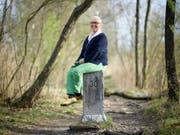 Berta Thurnherr-Spirig, Geschichtensammlerin und Mundartwortspielerin, sitzt im April 2018 auf einem Grenzstein am Alten Rhein in Diepoldsau SG. (Bild: Keystone/GIAN EHRENZELLER)