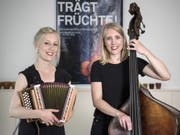 Das Musiker-Gschwisterpaar Kristina Brunner, mit Schwyzerörgeli (l) und Evelyn Brunner, mit Kontrabass (r) posieren für eine Aufnahme am 10. Mai 2018 in Thun. (Bild: Keystone/PETER SCHNEIDER)