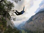Das Lauterbrunnental mit seinen Felswänden zieht Basejumper aus aller Welt an. Immer wieder kommt es aber auch zu Unfällen. (Bild: KEYSTONE/PHOTOPRESS/ANTHONY DEMIERRE)
