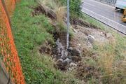 Das Wasser hat viel Erdreich weggespült. Der Schaden wird vorerst nicht behoben.