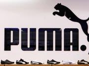 Der Sporartikelhersteller Puma passt die Umsatzprognose für 2018 an. (Bild: KEYSTONE/AP/CHRISTOF STACHE)