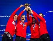 Feiern den Sieg: Die Schweizer Max Heinzer, Lucas Malcotti, Michele Niggeler und Benjamin Steffen (Bild: EPA/ALEKSANDAR PLAVEVSKI)