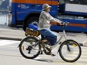 Auch regelmässige Fahrten mit dem E-Bike können die Fitness verbessern. Dies hat eine Studie Basler Forscher im Rahmen der Aktion «Bike to Work» gezeigt. (Bild: KEYSTONE/WALTER BIERI)