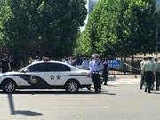 Nach einer Explosion vor der US-Botschaft in Peking ist das Gelände von chinesischen Sicherheitskräften abgesperrt worden. (Bild: KEYSTONE/AP/ANDY WONG)