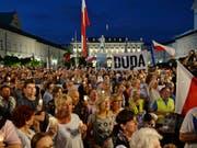 Erneut sind zahlreiche Personen in Polen - wie hier im Bild in Warschau - auf die Strasse gegangen, um gegen eine Justizreform zu protestieren. (Bild: KEYSTONE/AP/ALIK KEPLICZ)